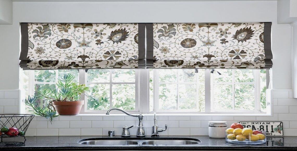 cucina con tende a vetri finestra