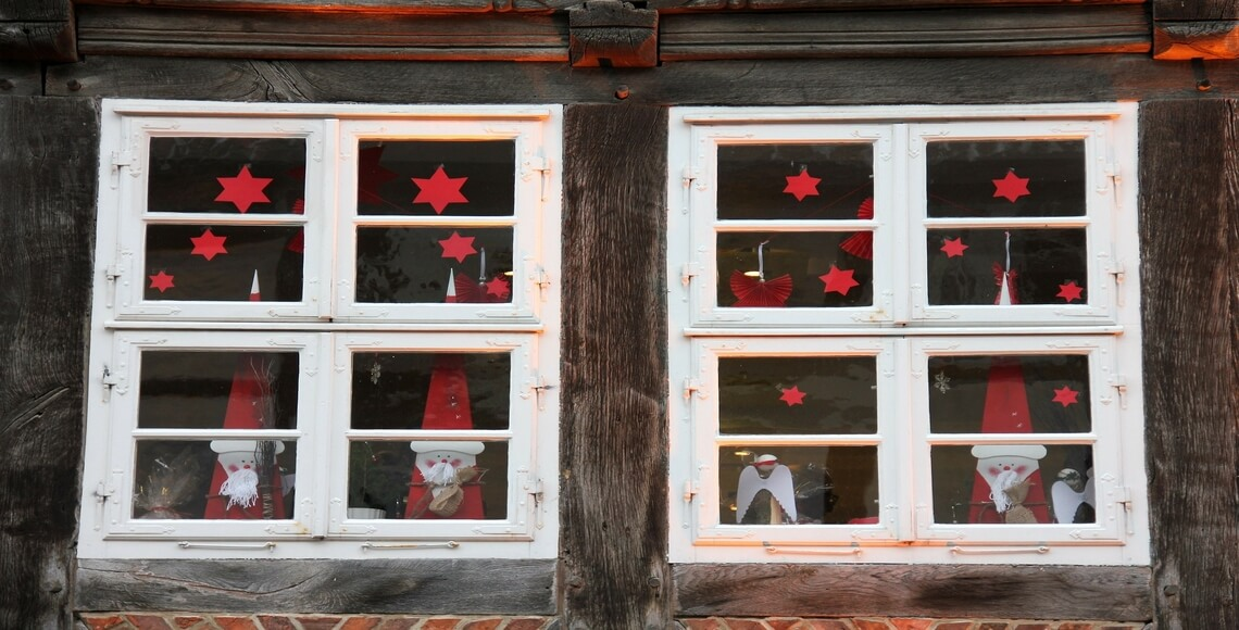 finestre con vari tipi di decori natalizi