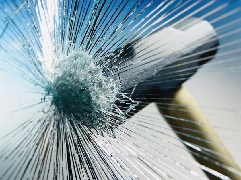 martello che prova a sfondare vetro