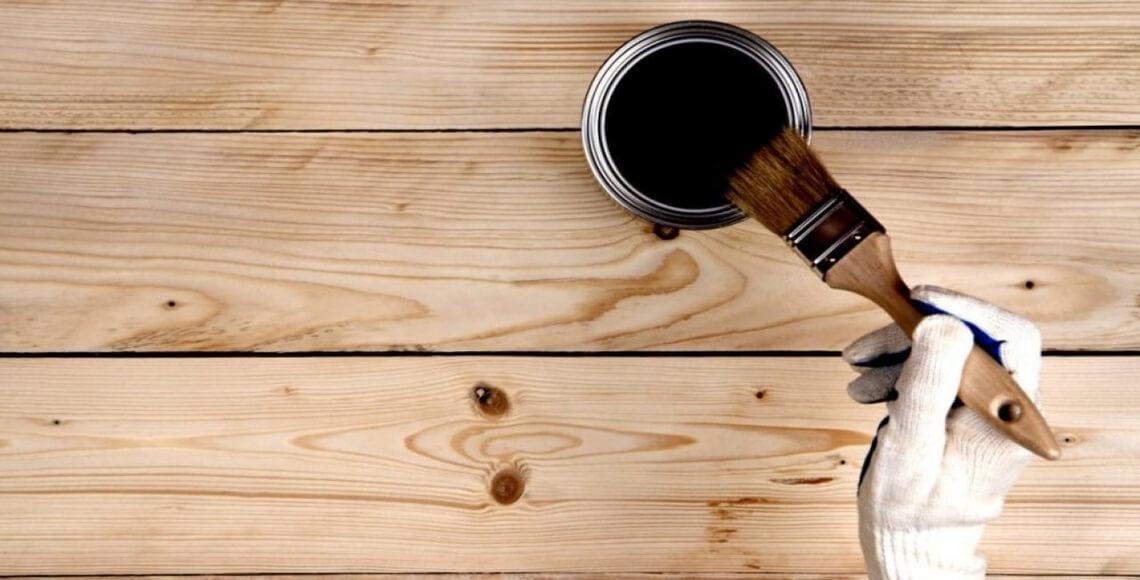 persona che effettua verniciatura infissi legno