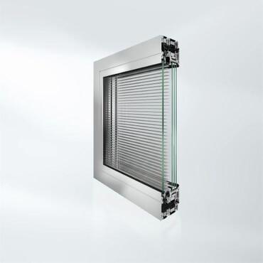 esempio di finestra con veneziane interne schuco