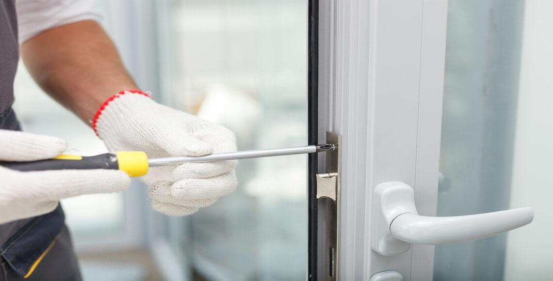 riparazione maniglia porta con giravite