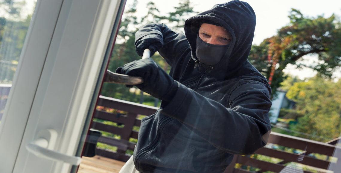 ladro prova a forzare sistemi di sicurezza infissi