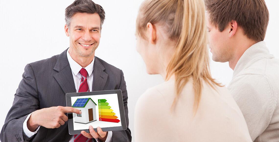 onsulente fornisce consulenza energetica a coppia