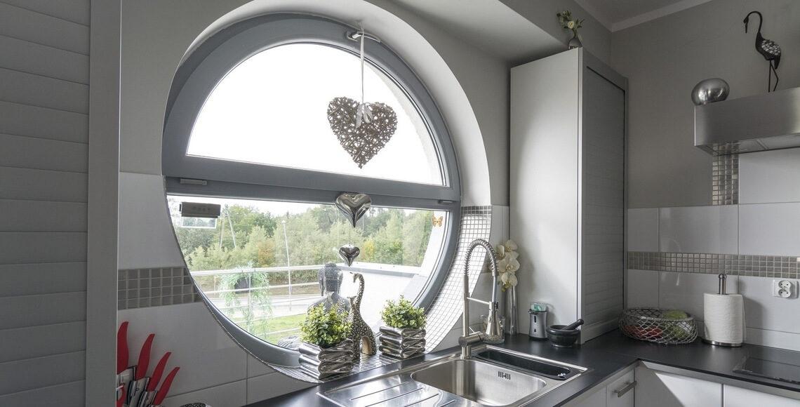 finestre rotonde ad oblò in cucina