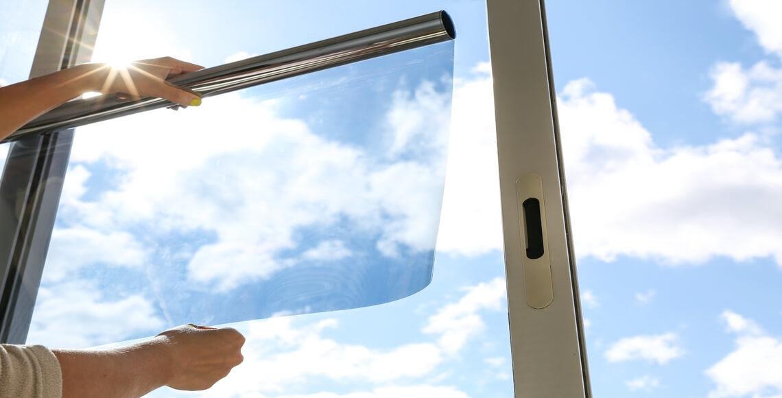 persona installa pellicola per vetri finestra