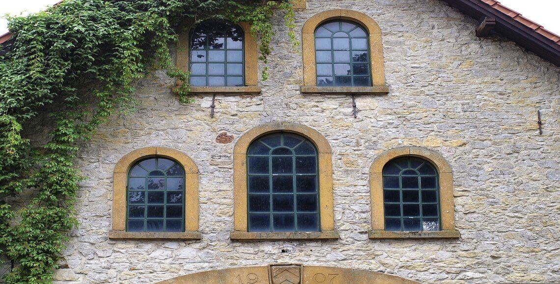 finestre centinate su facciata antica