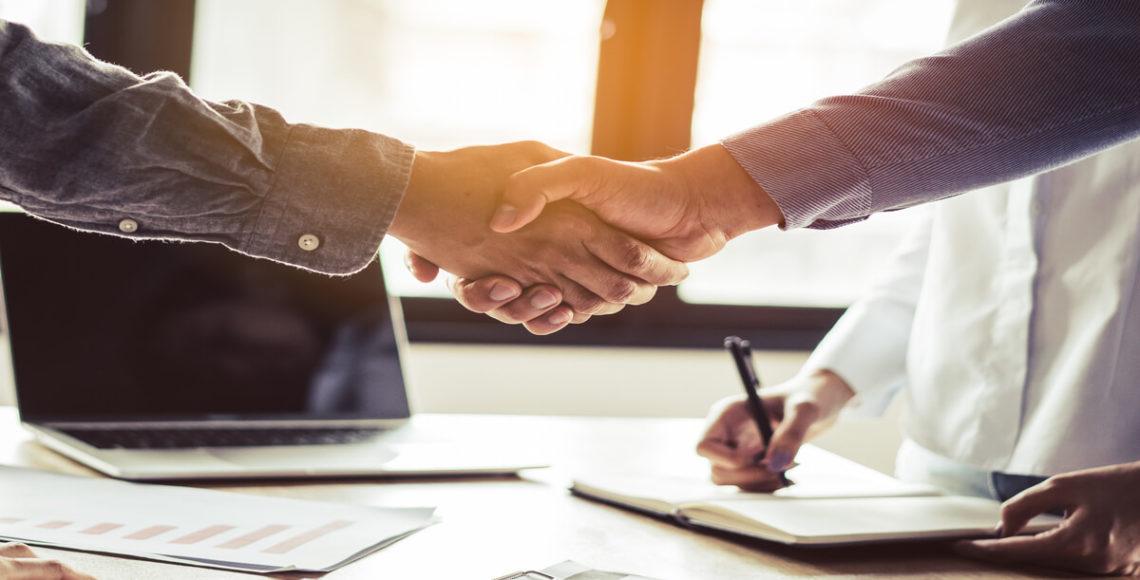 persone che si stringono la mano dopo contratto garanzia infissi