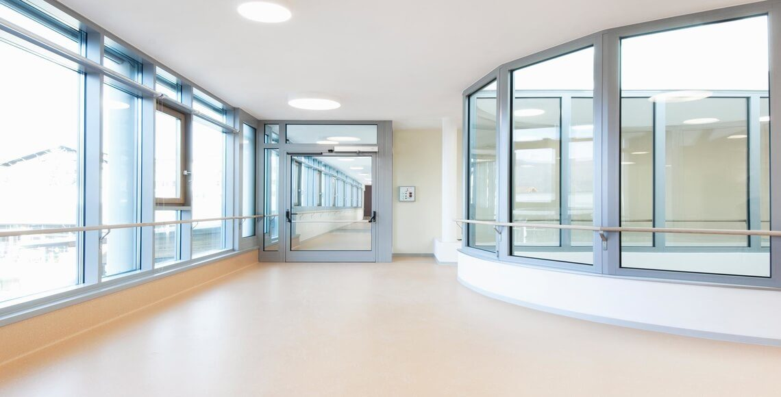 corridoio con ampie finestre e porte tagliafuoco
