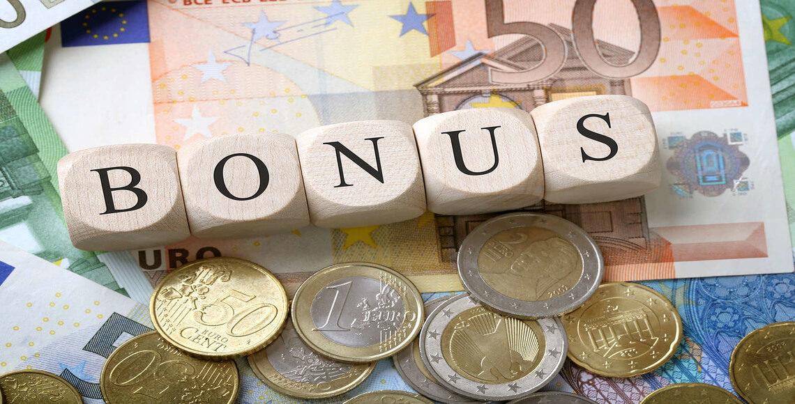 costo infissi immagine di denaro e la scritta bonus