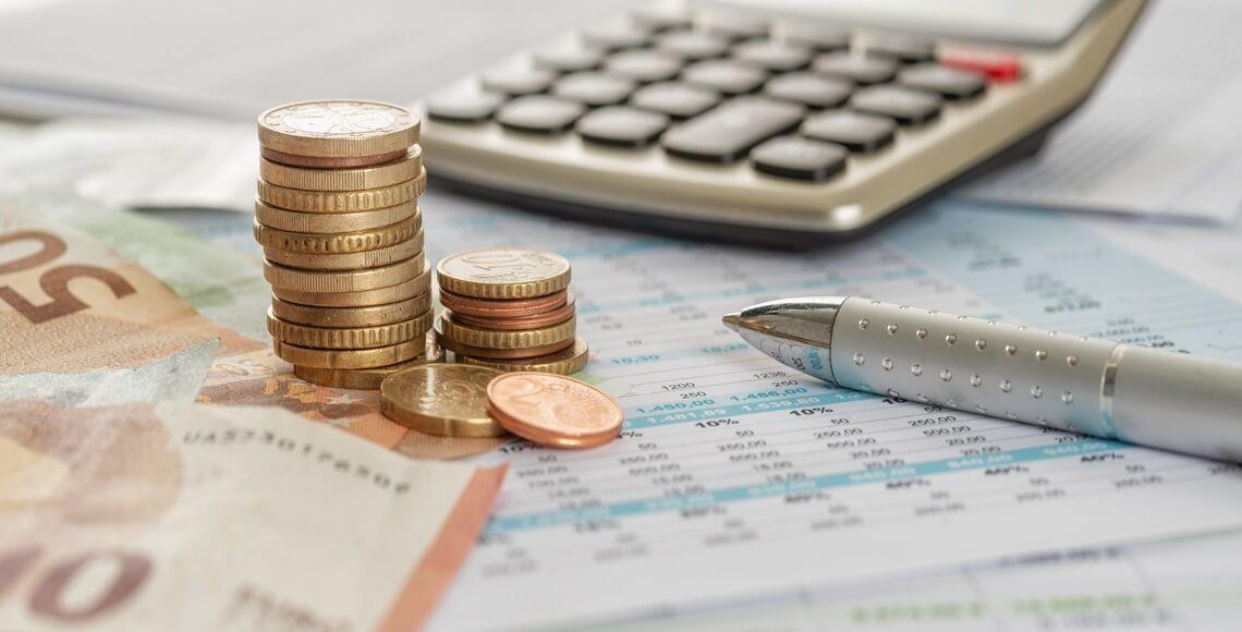 calcolatrice denaro e foglio per preventivo infissi