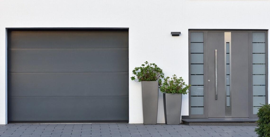 ingresso pedonale e serranda garage casa