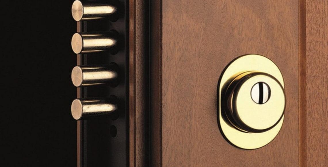 dettaglio di porta blindata con serratura europea con cilindro