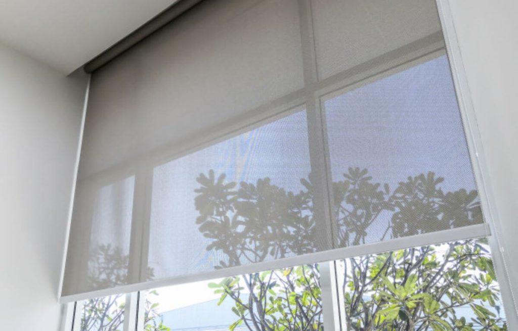 finestra con tende a rullo semi abbassate